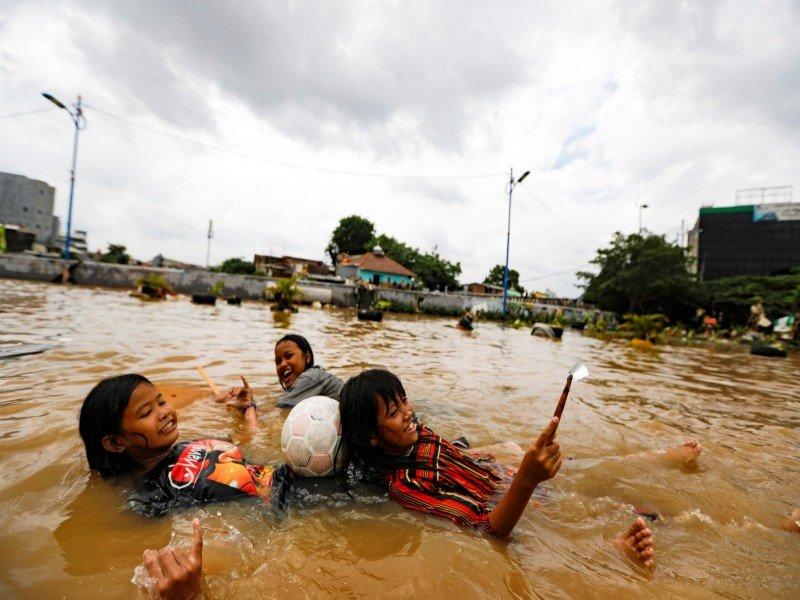 21 قتيلا جراء الفيضانات في العاصمة الإندونيسية