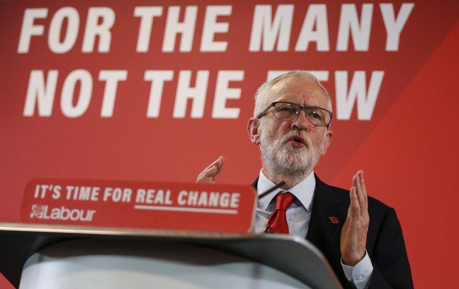 """انقلاب صهيوني في حزب العمال البريطاني: تعليق عضوية كوربين بذريعة """"معاداة السامية"""""""