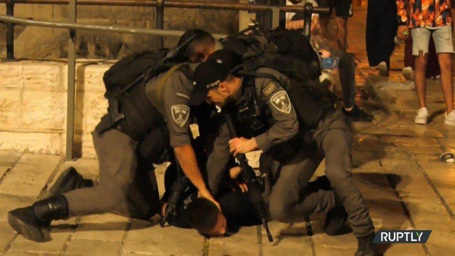 القدس المحتلة: الاحتلال يقمع عشرات الشبان في باب العامود ومواجهات في سلوان